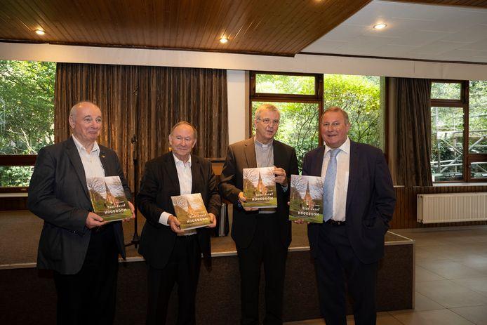 Bisschop Johan Bonny (tweede van rechts) krijgt ontvangt het jubileumboek uit handen van onder meer Raymond Roelands (rechts).