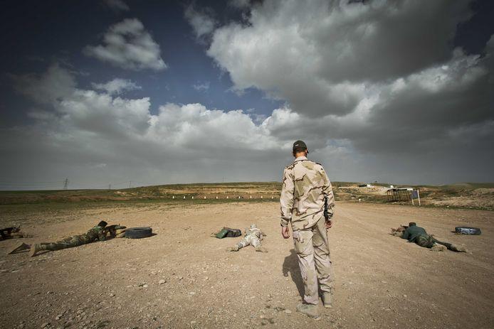 Cursisten volgen de infanteriecursus en leren hoe ze terreurorganisatie IS op de grond kunnen bevechten.