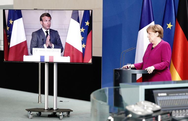 Frans president Macron en Duits bondskanselier Merkel tijdens de persconferentie. Beeld Kay Nietfeld/dpa-Pool/dpa