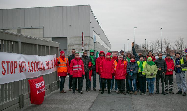 """De stakingspost aan het Lidl-distributiecentrum in het Europark-Zuid in Sint-Niklaas. """"We laten leveranciers niet binnen."""""""