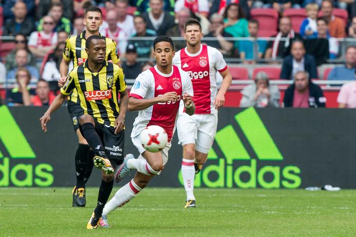 Thulani Serero (links) bepaalt de gang van zaken in de Arena tegen Ajax.