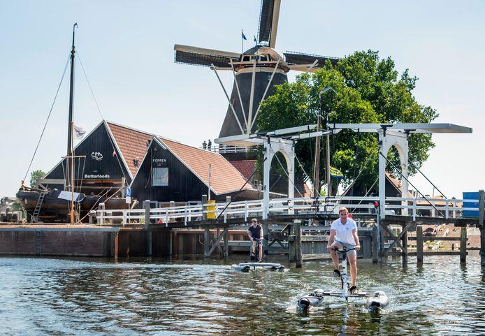 Op de voorgrond Dirk Roelofsen op zijn waterbike, met in zijn kielzog de verslaggever.