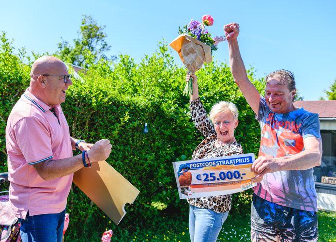 Annemarie en Lee ontvangen cheque van 25.000 euro van Postcode Loterij-ambassadeur Gaston Starreveld.