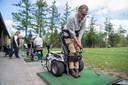 Kennismakingsdag voor golfers met een lichamelijke beperking. Foto: Jan Dunnewind kan in de paragolfer weer als vanouds een bal slaan.