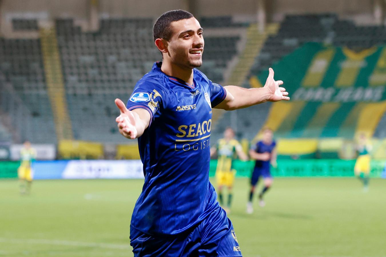 Giorgos Giakoumakis in karakteristieke houding: een doelpunt vieren bij VVV.