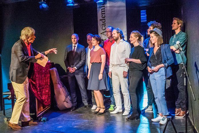 Paul van Vliet bij de diploma-uitreiking van een groep studenten in theater PePijn.