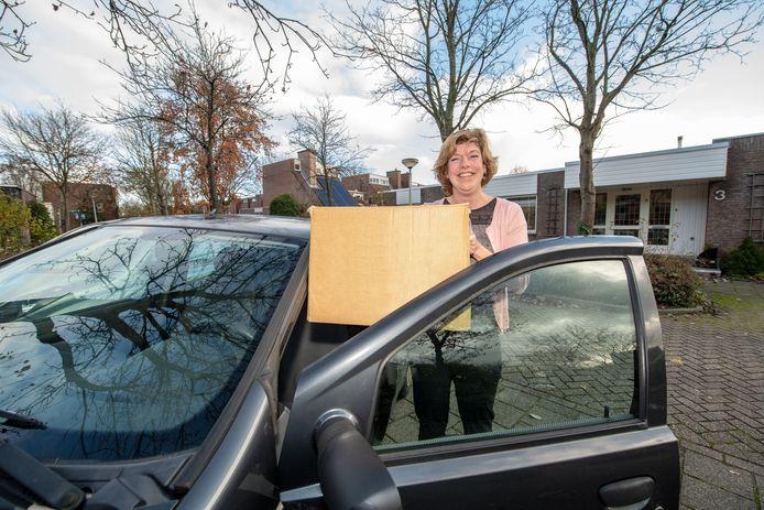 """Chauffeur Kirsten Bruijnes brengt al een aantal jaren kerstpakketten rond in Alphen. ,,Ik neem er echt de tijd voor."""""""
