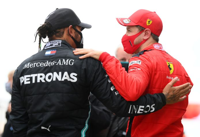 Sebastian Vettel feliciteert Lewis Hamilton met de wereldtitel.