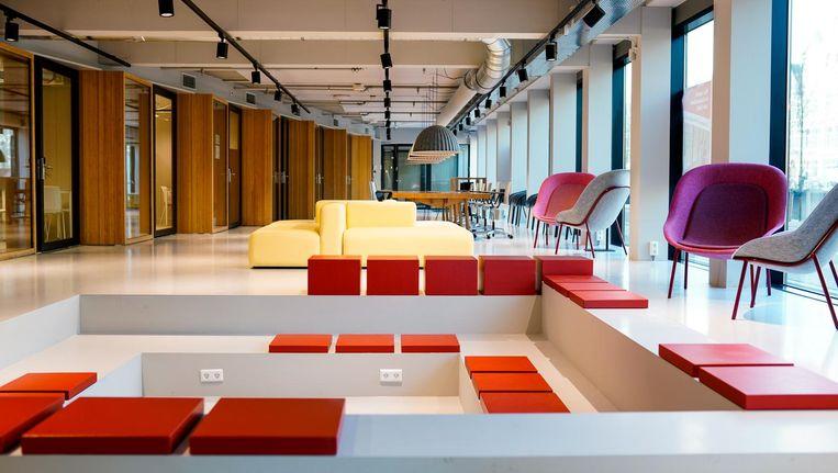 Interieur van de vanmiddag geopende Amsterdam Law Hub, een verzamelgebouw voor juridische bedrijven Beeld Ilsoo van Dijk/UvA
