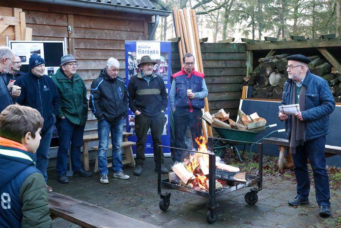Het haardhout werd vrijdag voor de 46ste keer verkocht in Wintelre, onder toeziend oog van veilingmeester Thijs Offermans.