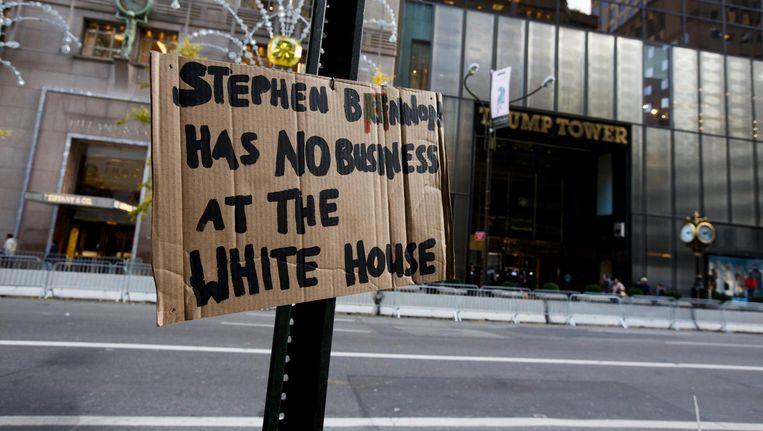 Tegenstanders van Trump hebben voor de Trump Tower in New York een bord opgehangen met de tekst 'Stephen Bannon heeft niets in het Witte Huis te zoeken'. Beeld epa