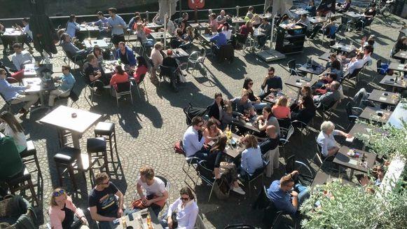 Een vol terras in Brugge.