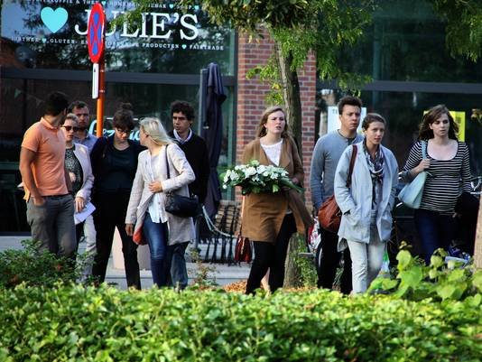 Zo'n tweehonderdtal vrienden en familieleden kwamen Julie herdenken en een kaarsje branden voor Ellen.