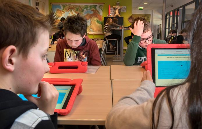 Groep 8 van basisschool Het Talent krijgt les bij RSG Slingerbos.
