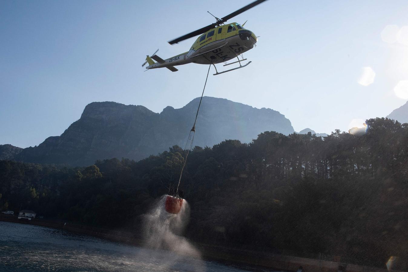 Blushelikopters vliegen af en aan.