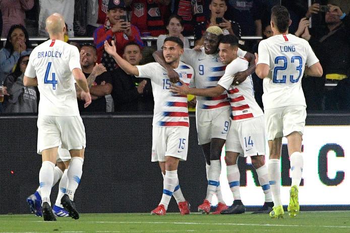 Gyasi Zardes (9) is de gevierde man bij de Verenigde Staten na zijn goal tegen Ecuador.