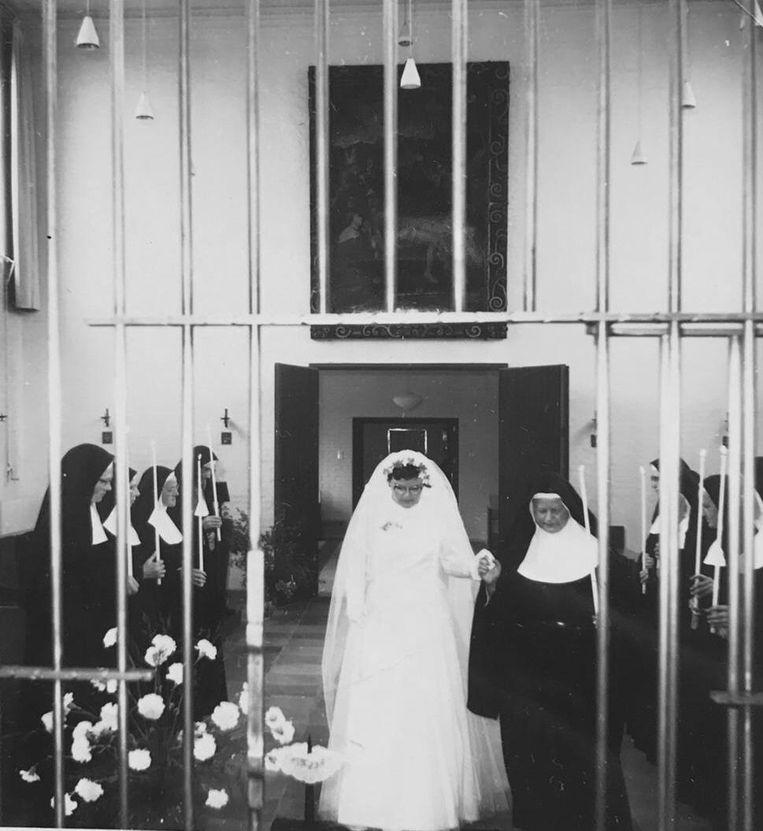 Josephine wordt ingekleed als zuster Elisabeth, op 4 juni 1961 Beeld