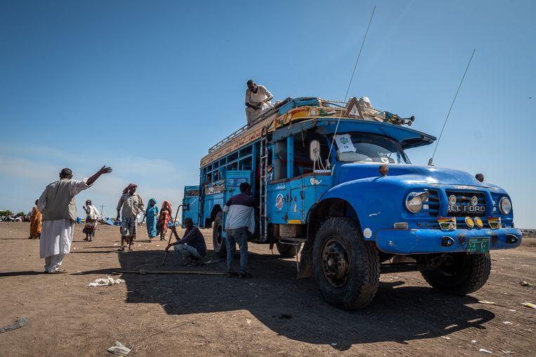 Vluchtelingen bij de grensrivier tussen Ethiopie en Soedan.  Beeld Joost Bastmeijer