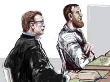 Gökmen Tanis bespuugt eigen advocaat, schreeuwend afgevoerd uit rechtbank