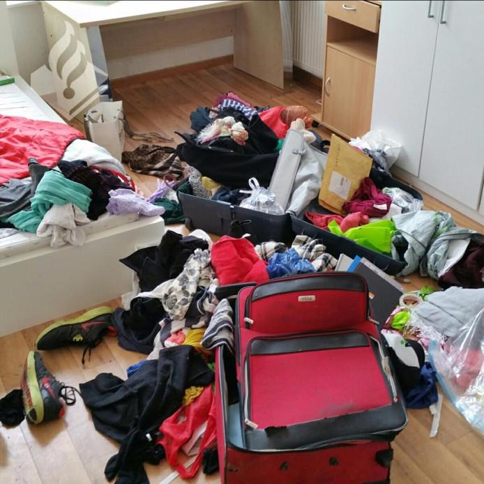 De overhoop gehaalde spullen van de studenten. Foto: politie Enschede