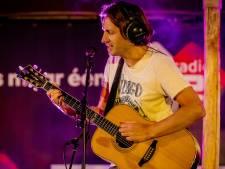 Bowe heeft nieuwe single over zijn gitaar, waarvoor hij speciaal een stoel boekte in het vliegtuig