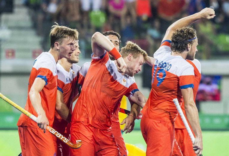 Het Nederlandse hockeyteam viert hun vierde doelpunt in de kwartfinale tegen Australië. Beeld ANP