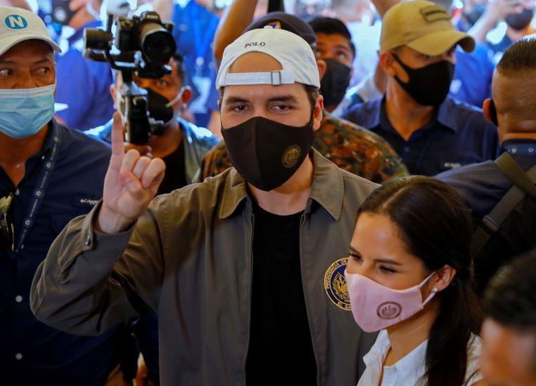 Nayib Bukele toont de inkt op zijn vinger: hij heeft zijn stem uitgebracht in de Salvadoraanse parlementsverkiezingen.  Beeld REUTERS