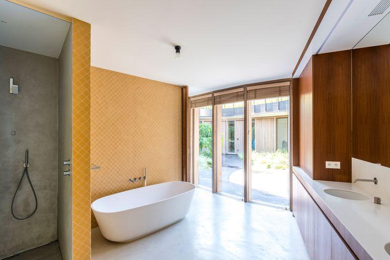 In elke kamer werd een kleuraccent aangebracht, zoals de oranje tegeltjes in de badkamer.  Beeld Luc Roymans