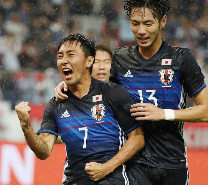 Shu Kurata en Kenyu Sugimoto vieren een goal tegen Nieuw-Zeeland.