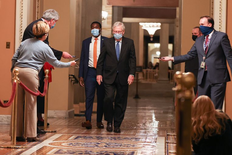 De Republikeinse Senaatsvoorzitter Mitch McConnell (midden) na overleg met Nancy Pelosi, de Democratische voorzitter van het Huis van Afgevaardigden, over het coronasteunpakket en  een tijdelijke financieringswet om sluiting van overheidsdiensten te voorkomen. Beeld Getty Images
