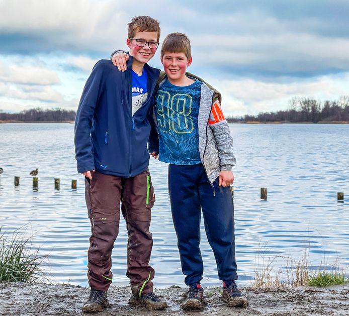 Brugklasser Ruben (links, 12) en Thijs Meijer (10, groep 7) met achter hen het water van de Botshol. Ze gaan een rondje lopen rond de Botshol en de Vinkeveense Plassen.