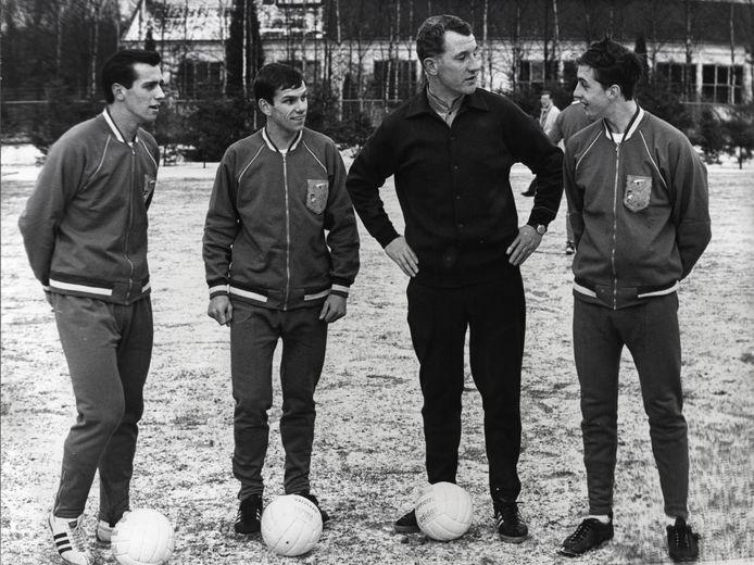 Willy van der Kuijlen met Willy Dullens, bondscoach Georg Kessler en Johan Cruijff bij Oranje in 1966.