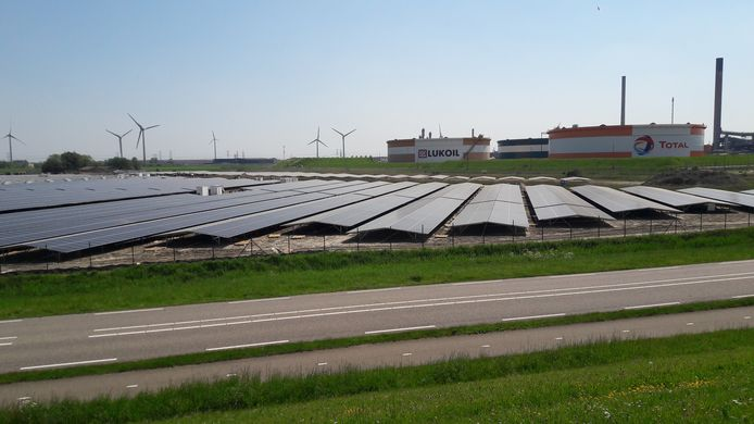 Zonnepark Zeeland Solar in aanbouw bij Zeeland Refinery. Olieraffinaderij van Total en Lukoil.