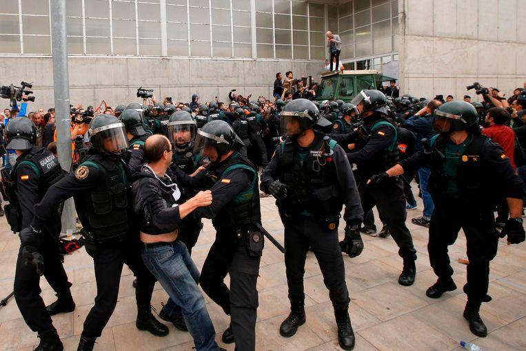 Professor Criekemans vreest voor een nieuwe escalatie van het geweld nu Rajoy en Puigdemont op ramkoers zitten. Beeld AFP