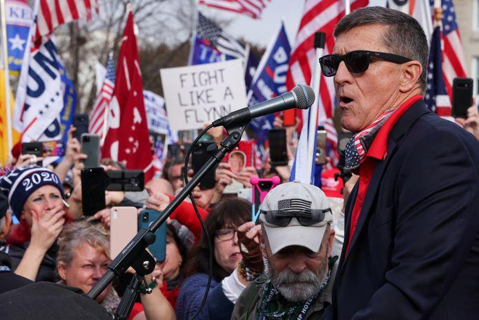 Voormalig generaal Michael Flynn bij een pro-Trumpprotest in Washington DC.  De opgestapte oud-veiligheidsadviseur kreeg onlangs een presidentieel pardon van de huidige president.