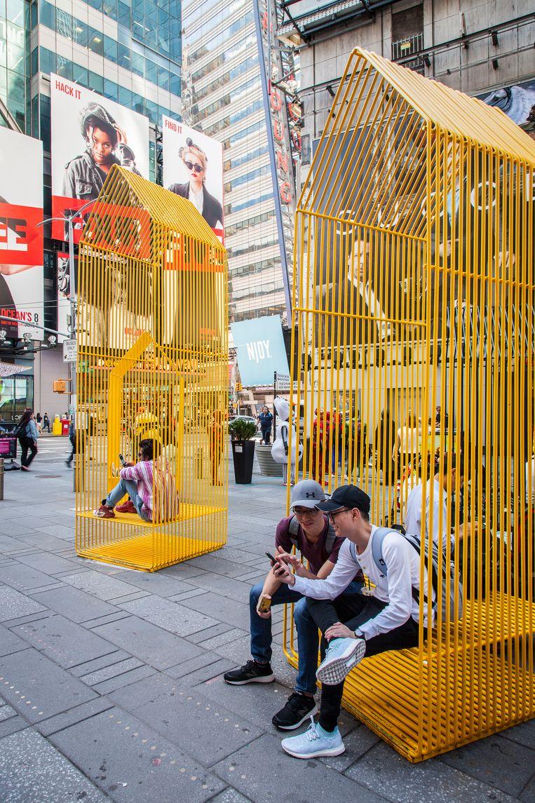 Outdoormeubels testen op Times Square. Beeld bart Michiels