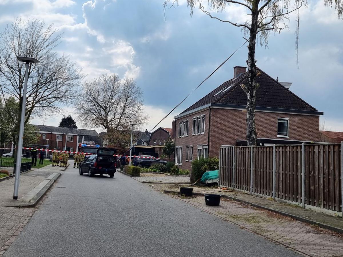 Bewoners proberen met een auto een boom om te trekken in Hengelo.
