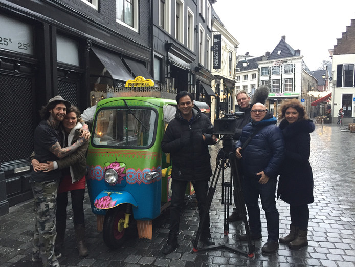 Het NTR-programma Iedereen Verlicht was in Breda op bezoek bij Tattoo Breda. VLNR: Silas van Gemert met vriendin, presentator Narsingh Balwantsingh, geluidsman Ton von der Möhlen, cameraman Marco Nauta en regisseur Tatjana Mirkovic.