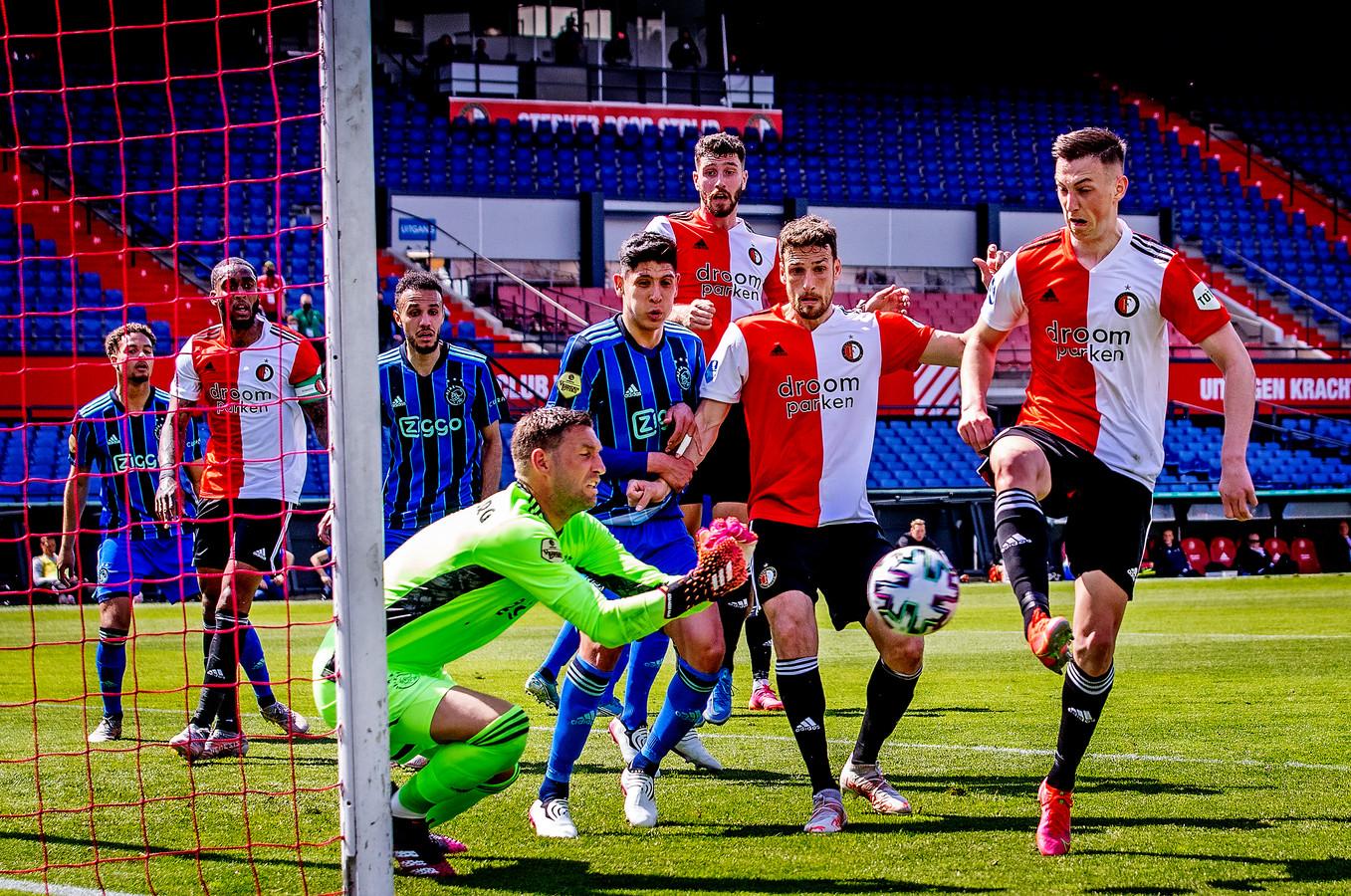 Maarten Stekelenburg stopt de inzet van Feyenoord-spits Róbert Boženík. Ajax won met 0-3 in de Kuip.