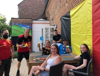 Show cooking en een LED-scherm op het terras van Godison tijdens EK-wedstrijden