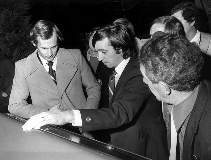 De PSV'ers Jan van Beveren en Willy van der Kuijlen verlaten op 13 oktober 1975 het sportcentrum in Zeist. Nadat ze hebben besloten om niet meer voor het Nederlands Elftal uit te komen. foto ANP