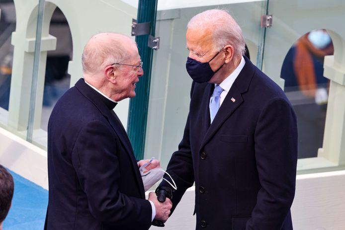 Joe Biden begroet priester Leo J. O'Donovan  die sprak voor zijn beëdiging.