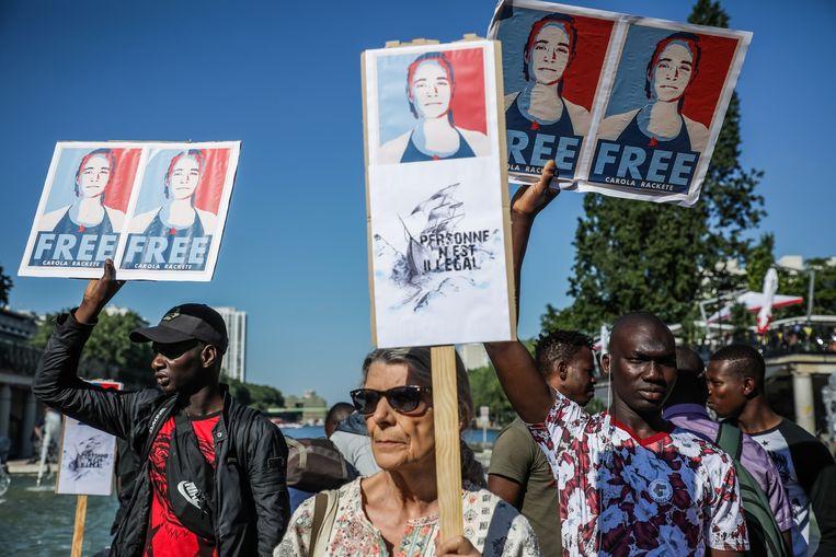 Mensen komen op straat om de vrijlating van Rackete te eisen. Beeld EPA