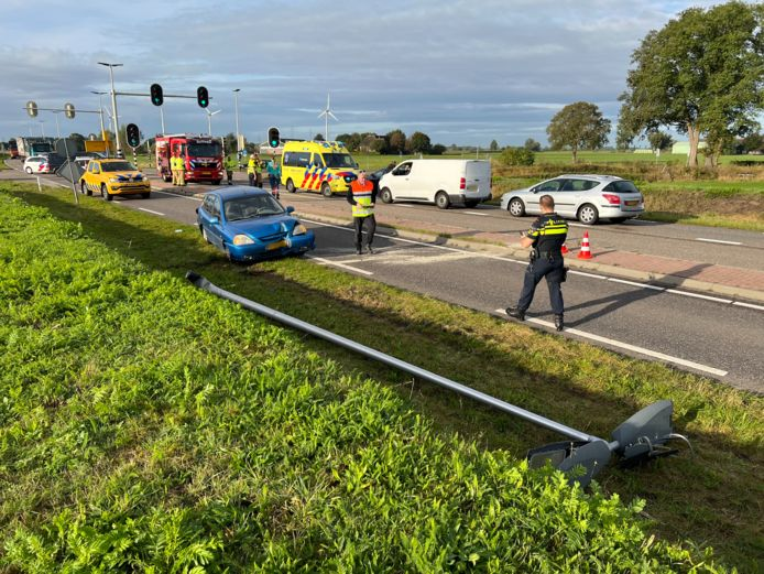 Nadat een achteropkomende auto op op de blauwe wagen botste, werd deze naar de andere kant van het wegdek gelanceerd na een botsing met een lantaarnpaal.