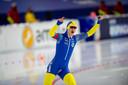 Nils van der Poel wint de 10.000 meter bij het WK Afstanden in een magisch wereldrecord.