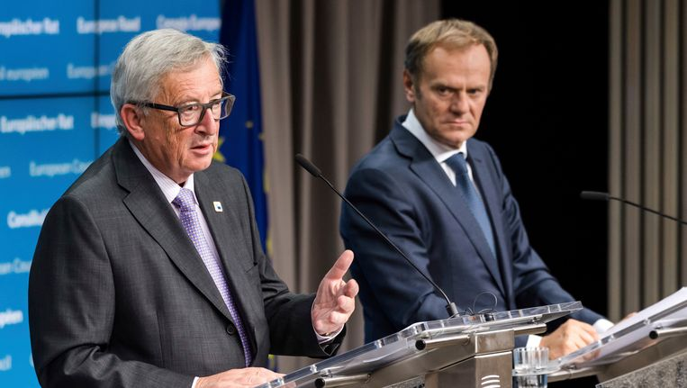 Links president van de Europese Commissie Jean-Claude Juncker, en rechts president van de Europese Raad Donald Tusk.