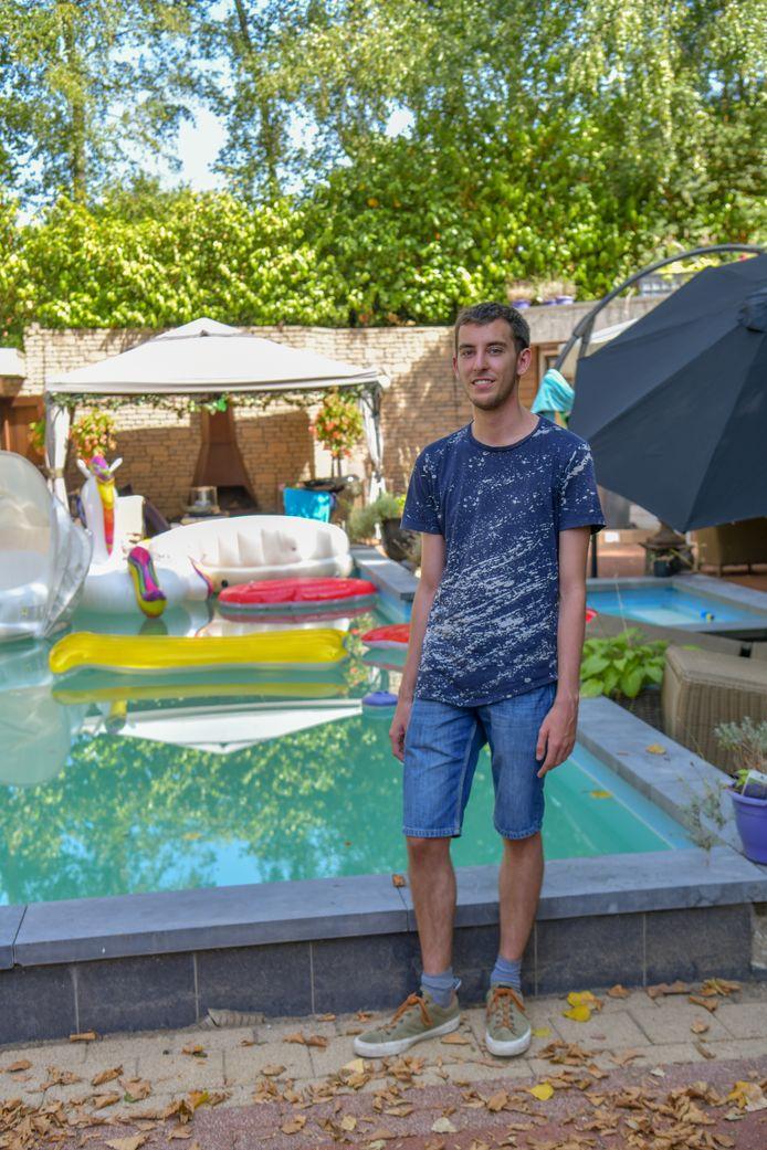 Kas Burgers bij het zwembad bij zijn studentenhuis.