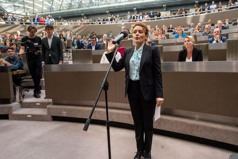Lydia Peeters (Open Vld) legt de eed af in het Vlaams Parlement. Als nieuwe minister van Verkeer zal ze de handen uit de mouwen moeten steken. Beeld Photo News