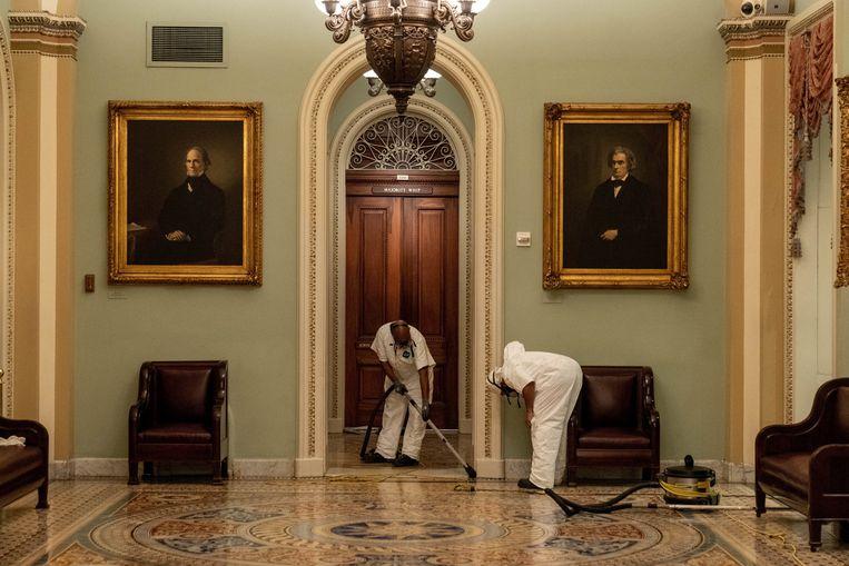 Schoonmaak in het parlementsgebouw na de rellen Beeld Photo News
