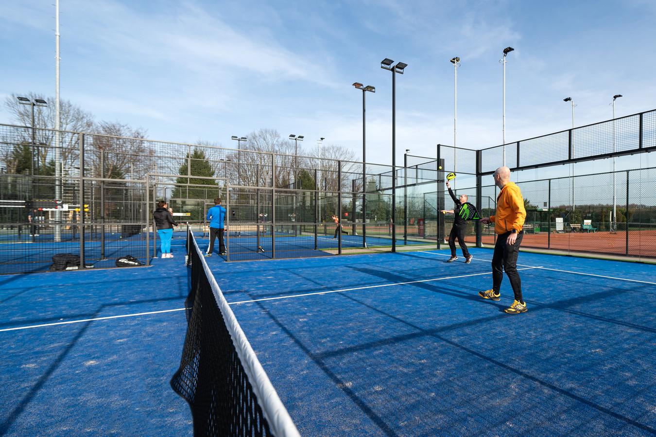 Enkele leden van de Gemertse Lawn Tennisvereniging spelen  een partijtje padel op een accommodatie in Mariaheide.